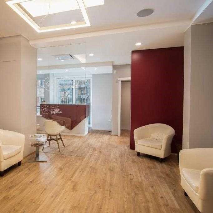 Sala d'attesa con poltrone bianche